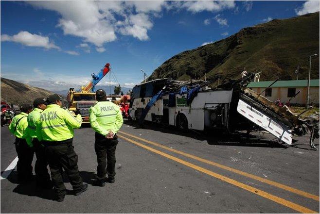 Al menos 24 muertos tras el accidente de un autobús en Ecuador