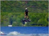 La aerotabla: Un hombre logra volar m�s de 250 metros sobre un lago