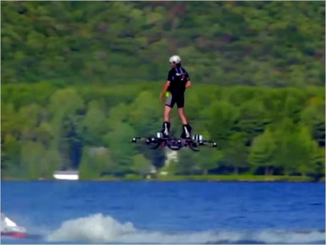 La aerotabla: Un hombre logra volar más de 250 metros sobre un lago