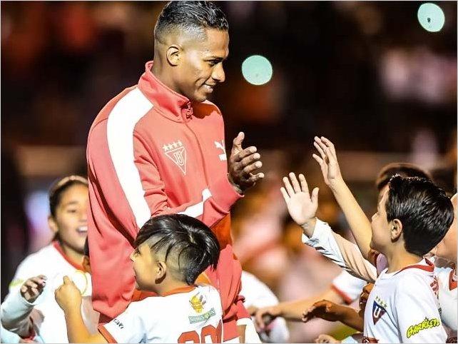 Niños con globos blancos formaron AV 25 y dieron la bienvenida a Antonio Valencia a LDU