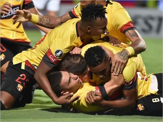 Barcelona golea 0-4 a Cerro y clasifica a la fase de grupos