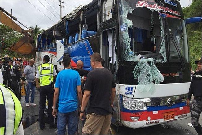 14 personas fallecieron al volcarse un autobus