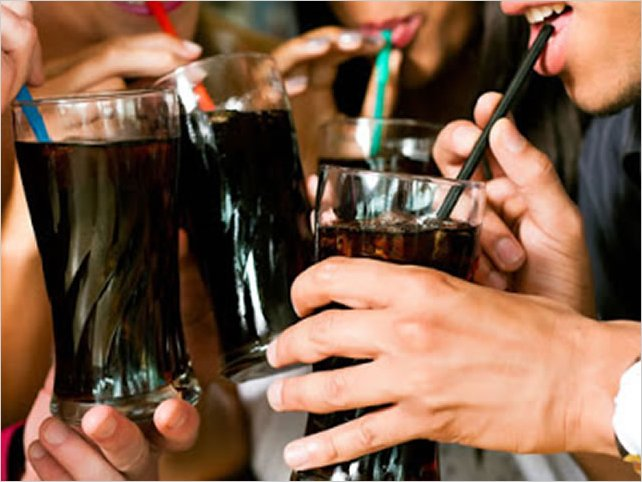 Las bebidas azucaradas podrían estar relacionadas con el cáncer de colon, según un estudio