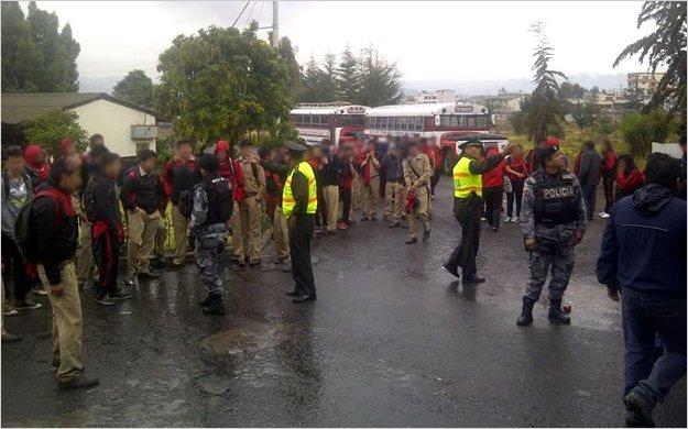 Denuncian presencia policial dentro de la Unidad Educativa Bolívar de Ambato