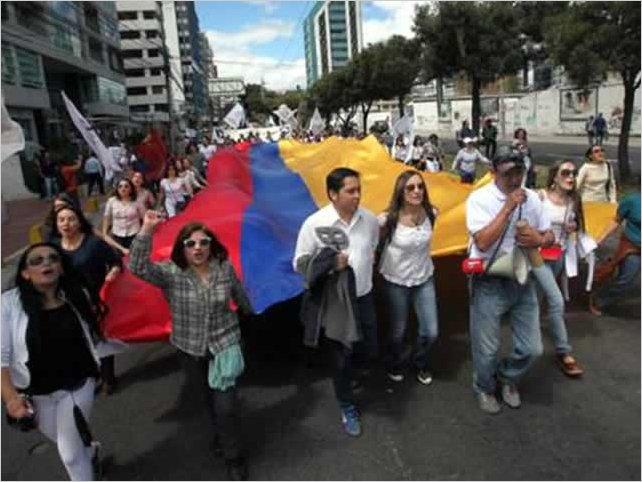 Estudiantes de la Flacso y la Universidad Andina marcharon reclamando los recursos que les adeuda el estado