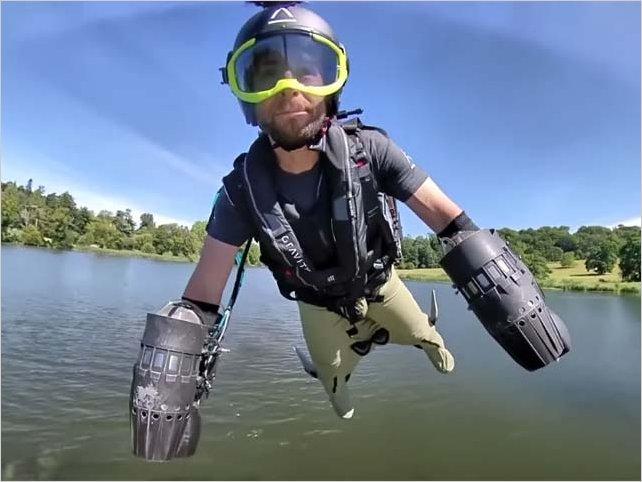 Paramédicos voladores: el nuevo traje que usan en el Reino Unido