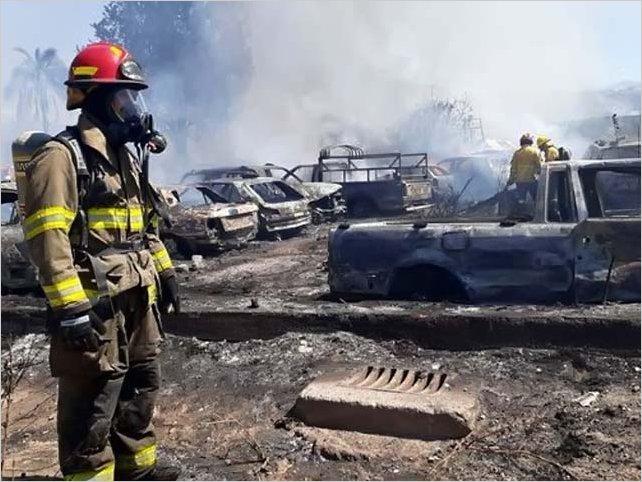 Más de cien vehículos calcinados en incendio en patio de la Policía en Quito
