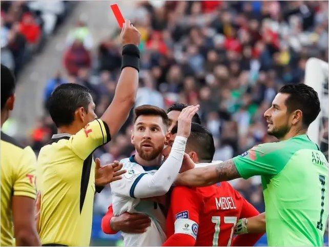 Tremendo: La fuerte pelea entre Medel y Messi que le costó la expulsión a la Pulga