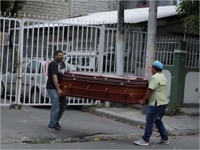 El drama de Guayaquil, que tiene más muertos por covid-19 que países enteros y lucha a contrarreloj para darles un entierro digno