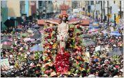 Fieles participan de las procesiones de viernes santo en Ecuador