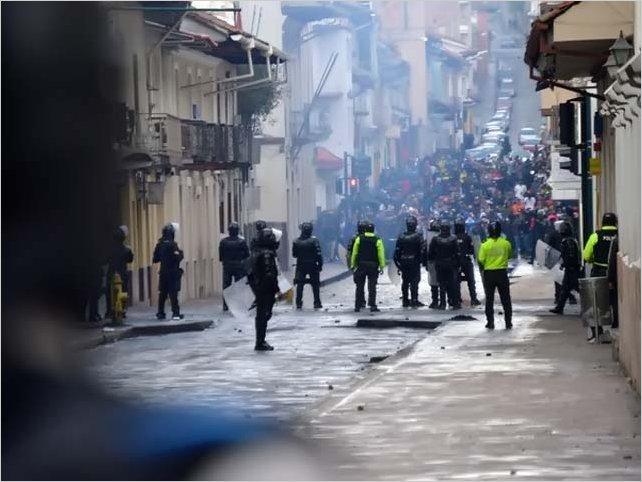 Desalojo violento por parte de la policía nacional a población indígena en la Casa de la Cultura