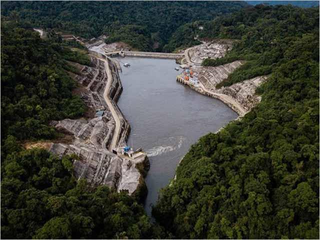 Una represa costosa hecha por China atrapa a Ecuador